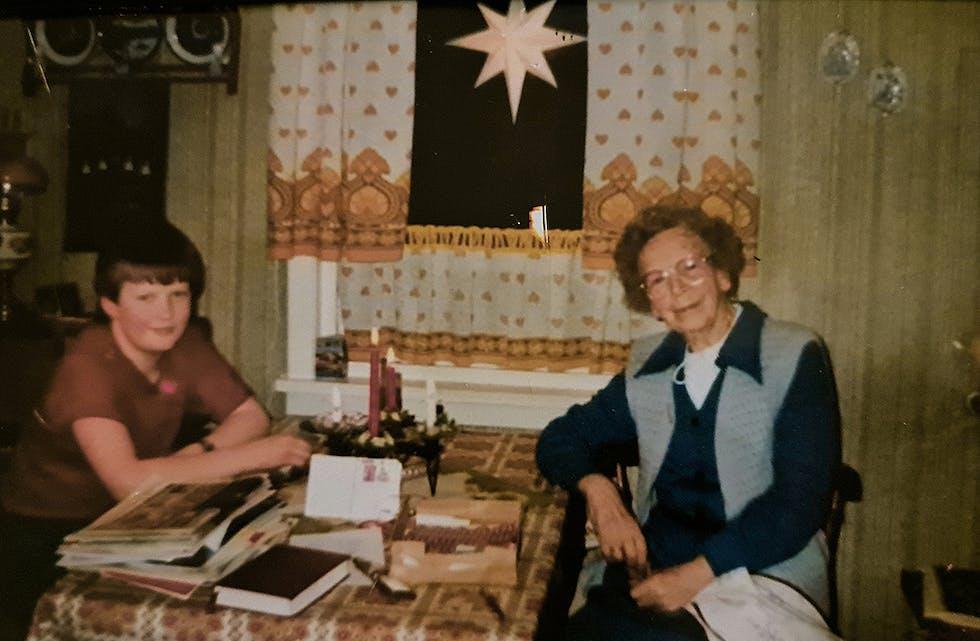 JULA 1984: Ein typisk førjulskveld på kjøkkenet til tante Sigrid. Dette er frå førjula 1984.