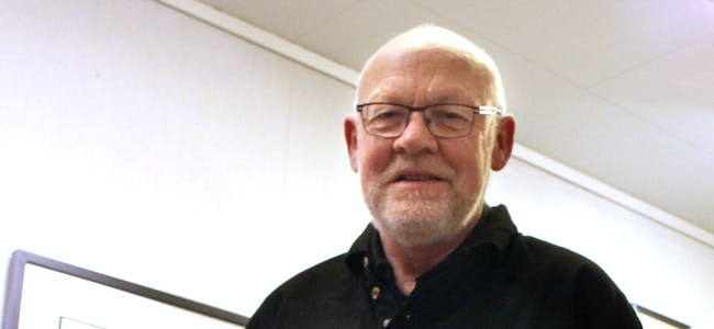 I ARBEID: Birger ved arbeidsbordet, slik vi har møtt han så mang ein gong i rommet bak sjølve utstillingslokalet.