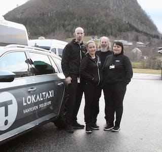 BERRE UTANPÅ: Sjåførar i drosjenæringa, Jon Roar Kvalsvik, Janne Iren Sundnes Voksø, Kjell Arne Kvalsvik og Kari Einbu framfor ein bil med ny logo.