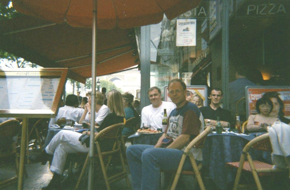 Sigurd Sandnes og Kåre Moen på gaterestaurant på Champs- Élysée med pizza og vin.
