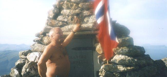 OLAVSBU: Ove vel oppe på Hornelen har fått fram flagget på Olavsbu.