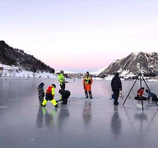 ISKOS: Med bålpanne og varme seg ved, er isfiske og det å vere på sjøisen ein spanande og morosam aktivitet.