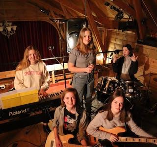 UTAN NAMN: Bandet som har øvd i fire veker består no av desse fem jentene, men dei har plass til fleire. Emilie Jeannine Morseth- Fraser på piano, Andrea Myklebust Aahjem på vokal, Ingrid Sylte på trommer, Siren Aasen Brekke på bass og Live Rekkedal på gitar.