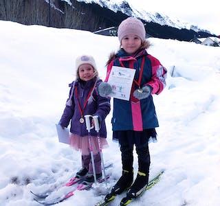 Selma Oline og Astrid Helene Rolandsen har fått premie, og er klare for meir skitur.