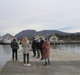 TRENG UTBETRING: Allmennkaia på Åram treng utbetring, men først vil kommunen ha eigarskapen formelt på plass. Her er driftsutvalet på synfaring for eit par månader tilbake.