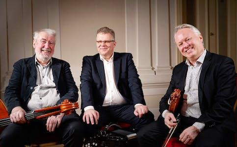 ÅRAM PLUSS:  Arvid Engegård, fiolin, Håvard Svendsrud, trekkspel, og Svein Haugen, bass, kjem til Fiskå og Sørbrandal fredag 30. juli.