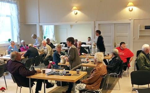 SAMLING: Folk frå bygdene i Vanylven samla på bedehuset på Hakallestranda, 16. juni.