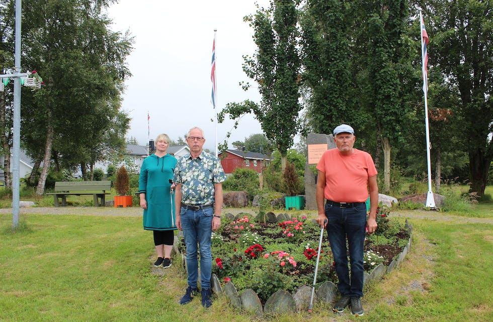 SKAL MARKERE: Ti år sidan angrepet på Utøya skal markerast også i Vanylven. F.V: Ordførar Lena Landsverk Sande, Ottar Jan Løvoll (Ap) og Knut Aksel Thunem (Ap). FOTO: Fredrik Bakke