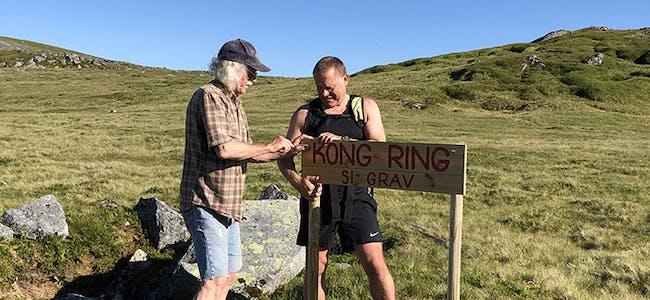 SKILT: Svein Bøstrand (t.v.) og Ronny Thunem i ferd med å setje opp skiltet som viser gravområdet. Vi ser Svarteskjerva bak til høgre og for geologiinteresserte er det lurt å ta ein tur bortom. FOTO: Anders Bellen