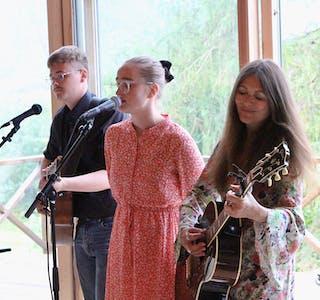 TRIO: Det nybakte ekteparet, Sander og Kjersti Aksnes Bjørkedal  gav også til beste eit par songar i lag med bryllaupsgjest Claudia Scott.