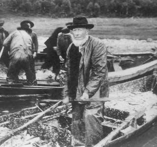 FISKE: Mannen på bildet, Jon Jonsen Lunde, kom frå Stryn i Nordfjord til Åheim i Vanylven fordi han hadde slekt der, og der var tilgang på arbeid og fiske. I 1875 kjøpte han ein del av enkesetet til prestegarden, rydda jorda og sette opp eit våningshus og eit eldhus. Han var ein svært allsidig mann, som sikkert mange var på denne tida. Han dyrka mellom anna opp eit småbruk og dreiv fiske slik biletet viser. Mannen var gift tre gonger. Berre i første ekteskap hadde han barn. Sonen døde i spanskesjuka i 1918. Han var da i slutten av 30-åra. Fiskaren på bildet var onkel til han som overtok bruket, og slekta har eigedomen framleis.