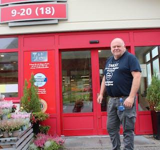 GLER SEG: Butikksjef ved Coop Marked Syvde, Bjørn Knardal, gler seg til å leggje om butikken til Coop Prix.