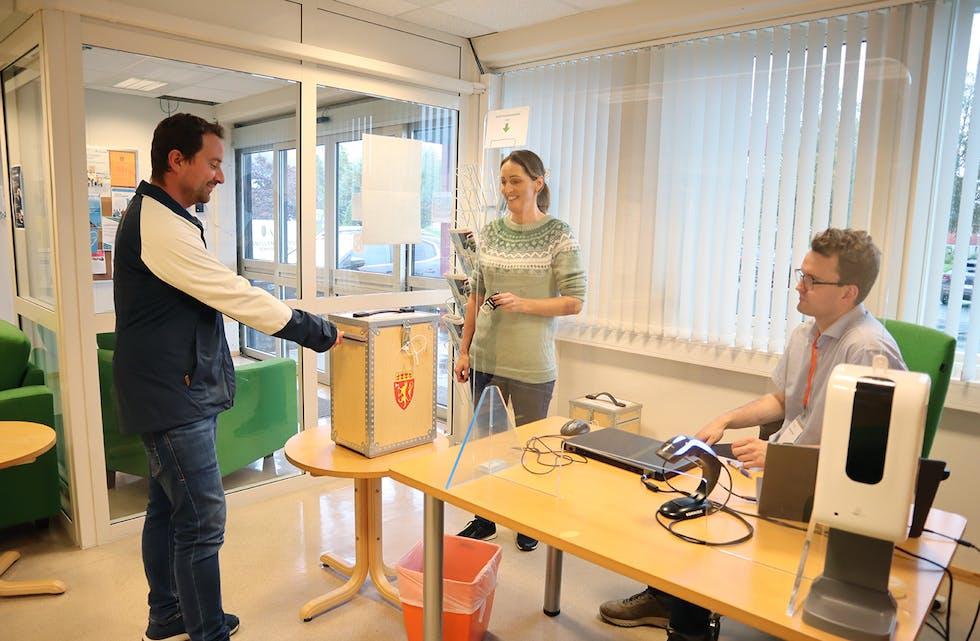 VAL: Magne Rolandsen valde å førehandsstemme, slik som mange andre i Vanylven. Han legg stemmesetelen i urna, medan Sonja Lade og Ole Martin Brudevoll står for registrering.