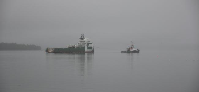 I eit hav av tåke vart Bourbon Orca taua vekk frå Fiskåholmen fredag kveld.