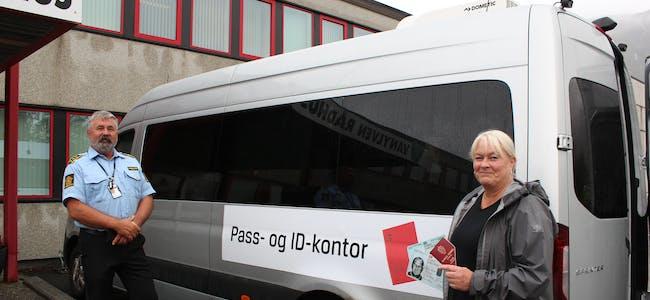 NØGD: Randi Aarønæs var godt nøgd med å kunne ordne nytt ID-kort berre få meter utanfor kontoret sitt på rådhuset på Fiskå. Det gamle passet vart klipt i to. Til venstre politistasjonssjef Tor Sæther.