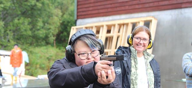 MORO: Dette var gøy, sa Amanda Knardal etter å ha fått prøvd eit 45 mm konkurransevåpen.