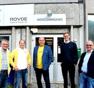 VALKAMP: Stortingsvalet nærmar seg, og tysdag vitja denne gjengen frå KrF Vanylven. Her ser vi dei utanfor Rovde Møbel & Design, før dei tok turen vidare til Prodtex på Fiskåholmen. F.V: Øystein Blom (Vanylven KrF), Harry Valderhaug (førstekandidat for Møre og Romsdal KrF), Magne Supphellen (sentralstyremedlem i KrF), Jon Steinar Kjøllesdal (rådgjevar) og Steinar Reiten (stortingsrepresentant for Møre og Romsdal KrF).
