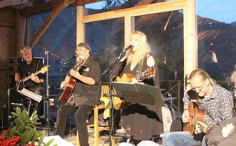 STEMNING: Steinar Albrigtsen og Monika Norli, med dei to musikarane Øyvind Mdsen (t.v.) og Ernst Nikolaisen (t.h.) sørgde for to prima og varierte country-/blueskveldar i Myralødå i helga.