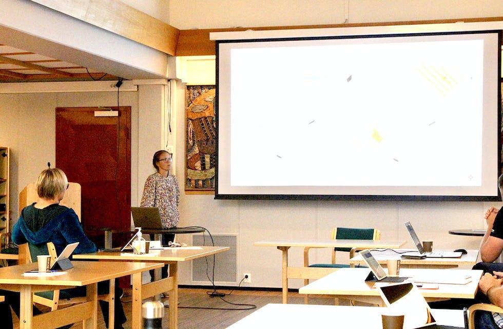 UTVIKLINGSOMRÅDE: Pernille Ibsen Lervåg frå Norconsult framfor skjermen med det ti mål store området ein ønskjer å regulere til nærings- og sørvisfunksjonar sørvest for brua på Åheim, men som jordvern synest å setje stoppar for.