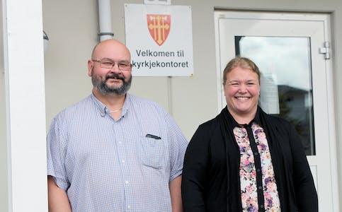 TEK OVER: Yngve Lillebø og Rønnaug Bjørlykke tek over stillingane som Brit Irene Kvamme og Målfrid Støvreide har hatt på kyrkjekontoret.