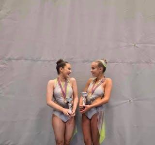 VINNARAR: Margrete Bakkebø (t.v.) og Birthe Lindbeck Hauge tok førsteplass i juniorklassen leve A under NM i sportsdrill.