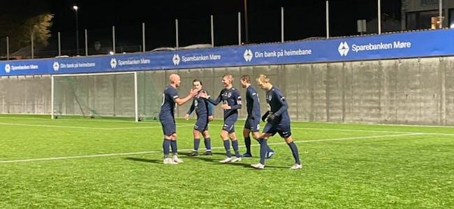VFK feirar 2-0-målet til Anders Bellen.