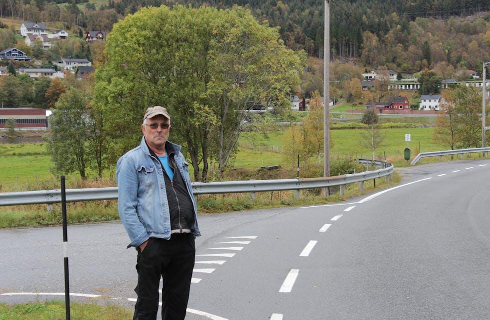 UROA: Tore Bjørneseth er uroa over høg fart her på fylkesveg 620 på Tue.