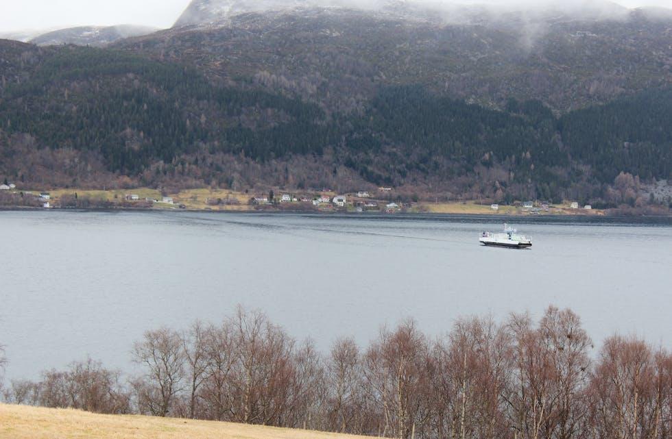 MF Sand på sjøen Årvika i bakgrunn