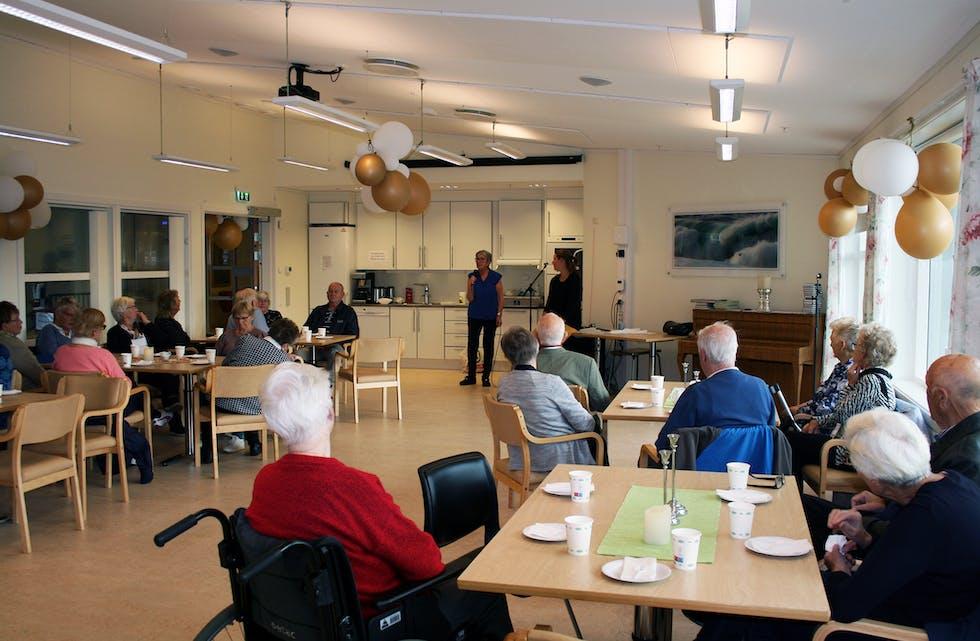 OPNING: Leiaren for «Trivsel for eldre», Jorun Nystøyl, opna markeringa, og gav ordet vidare til fysioterapeut Ingunn Botnmark.