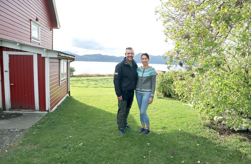 KORTREIST MAT: Camilla Breivik Lillehamre og Per Marius Lillehamre tok med interessa si for hage, drivhus og sjølvforsyning til den digitale verda, og har no ei side med over 30 000 likesinna å dele tips og tankar med. Her ser vi dei ved svarthyll-treet som starta det heile.