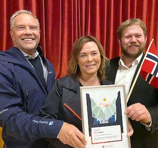 GÅVE: Henning Hansen (t.v.) og Andre Kragset overrekker pengegåva til Heidi Endal. FOTO: Arild Skorge
