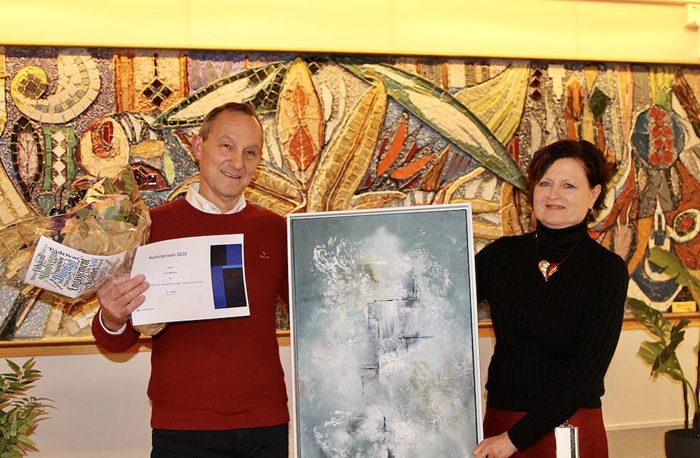 KULTURPRIS: I fjor var det Arild Midtbø som kunne ta i mot bilde og sjekk som vinnar av kulturprisen. Her i lag med kona, Evelyn. I november skal livsløpsutvalet bestemme kven som får prisen i år.
